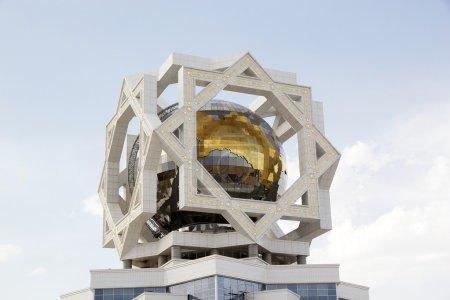 Photo pour Détails architecturaux du Palais des Mariages à Achgabat, Turkménistan. Après l'Union soviétique actuelle, la ville a adopté des techniques de construction modernes. Le Palais du Mariage est un bâtiment monumental, dont les cinq étages ont été construits en - image libre de droit