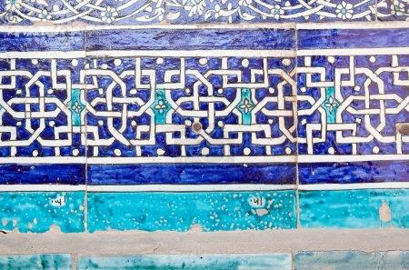 Photo pour Détails de la mosaïque à la mosquée du complexe Kunya Ark Citadel au Itchan Kala, Khiva, Ouzbékistan. Itchan Kala est le centre-ville fortifié de la ville de Khiva. Depuis 1990, elle est protégée en tant que site du patrimoine mondial. Arang Khan a commencé l'arnaque - image libre de droit
