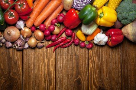 Photo pour Légumes frais sur la surface en bois . - image libre de droit