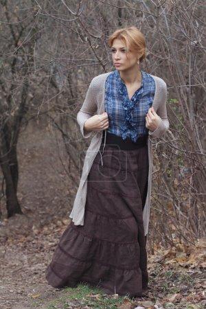 Photo pour Portrait en pleine croissance de belle fille dans un style vintage sur fond de nature - image libre de droit