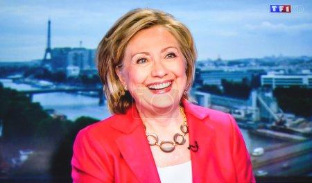 Foto de París, Francia - 07 de julio de 2014: Primera aparición de Hilary Clinton en el canal de televisión francés Tf1 después de reunirse con Vladimir Putin, Presidente ruso - Imagen libre de derechos