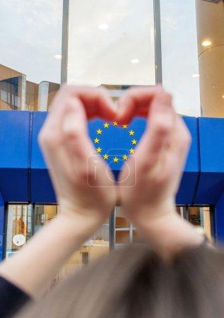 Photo pour Mains de femme en forme de l'amour coeur avec des étoiles de l'Union européenne sous la forme lhearts - image libre de droit