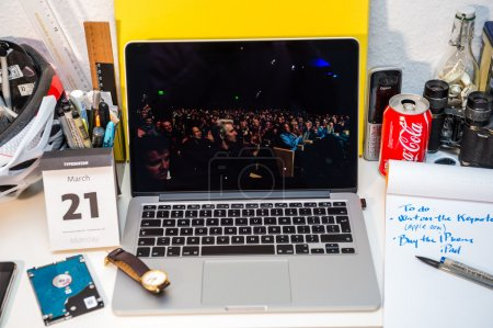 Photo pour PARIS, FRANCE - 21 MARS 2016 : Le site Apple Computers sur MacBook Pro Retina dans un environnement créatif mettant en avant Apple Event avec le conseil d'administration de Apple applaudissant , - image libre de droit