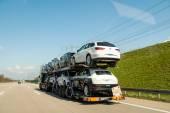 Německé dálnice s traile odtah aut