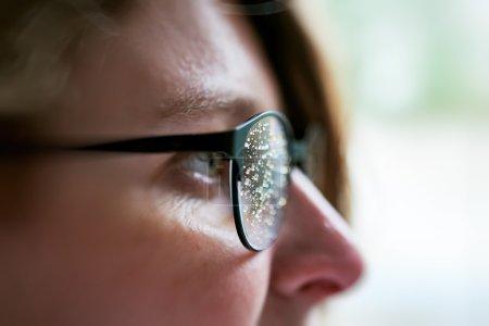 Photo pour Vue latérale de la femme portant des lunettes avec des gouttes de pluie après la pluie - image libre de droit