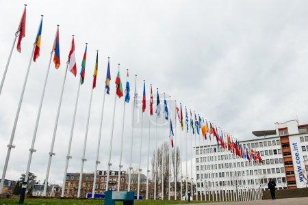 Photo pour Le drapeau de l'Union européenne flotte en berne devant le bâtiment du Conseil de l'Europe à Strasbourg le 8 janvier 2015 à la suite d'une attaque la veille contre les bureaux de l'hebdomadaire satirique français Charlie Hebdo à Paris qui a laissé 12 personnes de - image libre de droit