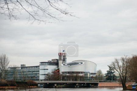 Photo pour Le drapeau de l'Union européenne flotte en berne au sommet de la Cour européenne des droits de l'homme à Strasbourg le 8 janvier 2015 après une attaque la veille contre le journal satirique français Charlie Hebdo bureaux à Paris qui a laissé 12 personnes - image libre de droit