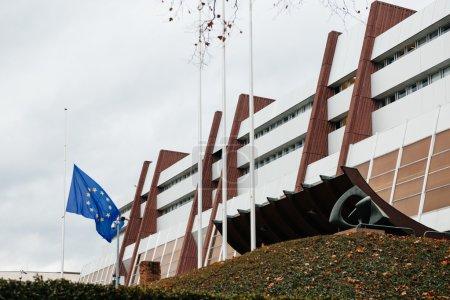 Photo pour Le drapeau de l'Union européenne flotte en berne devant le Conseil de l'Europe le 8 janvier 2015 après une attaque la veille contre les bureaux de l'hebdomadaire satirique français Charlie Hebdo à Paris qui a fait 12 morts - image libre de droit