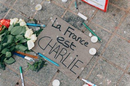 Photo pour STRASBOURG, FRANCE - 10 JAN, 2015 : Allumez des bougies et des crayons près de la statue du général Kleber en hommage aux victimes des attentats terroristes du 11 janvier 2015 à Paris - image libre de droit