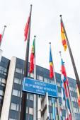 Aussenansicht des Europarates mit allen EU-Mitglied-Fla