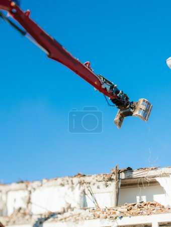 Articulating mechanical jaws attached to an excavators arm