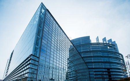 Photo pour Siège du Parlement européen à Strasbourg, au début de la matinée - image libre de droit