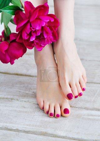 Photo pour Pieds avec pédicure rose et pivoines - image libre de droit