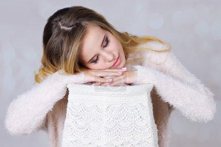 Photo pour Adorable jeune femme avec maquillage professionnel se faisant passer pour dormir sur lampadaire fait à la main - image libre de droit