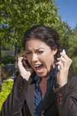 Hněv žena křičí dva telefony