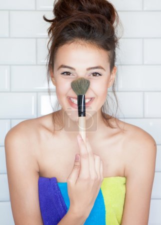woman holding  cosmetic brush