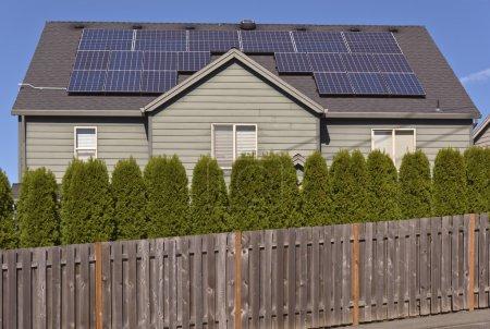 Foto de Paneles solares frente al sol en un techo de una casa . - Imagen libre de derechos