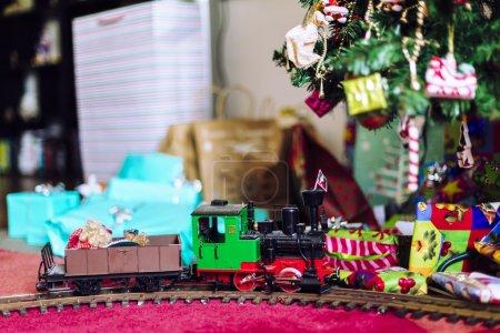 Photo pour Train miniature avec cadeaux de Noël et arbre - image libre de droit