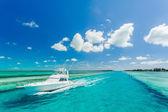 Постер Красивая яхта в море