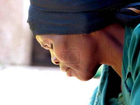 Photo pour Visage de 2014-hôpital d'Iringa-Tanzanie-Afrique-l'août d'une vieille femme africaine souffrant du sida, qui exprime la charge entière des pensées et des soucis pour son fils gravement malade et hospitalisé - image libre de droit