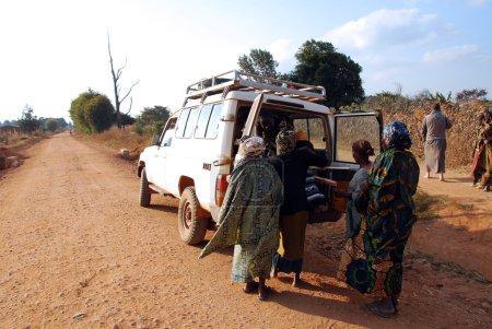 Photo pour Août 2014-Tanzanie-Afrique-L'intervention de l'aide et du soutien des Frères franciscains de l'association Mawaki au peuple de l'immense territoire du Sud Tanzani - image libre de droit