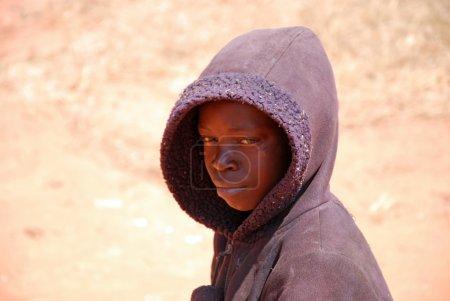 Photo pour Août 2014-Pomerini-Tanzanie-Afrique-Un enfant africain transportant vers chez lui un sac de marchandises avec une brouette rudimentaire, sont souvent les seuls enfants à poursuivre un travail acharné - image libre de droit
