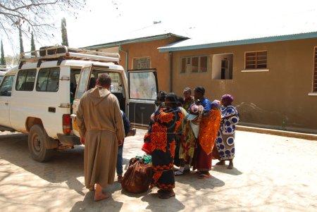 """Photo pour """"25.08.2014""""-Iringa-Tanzanie-Afrique-""""Hospital of Iringa""""-aide humanitaire des frères franciscains à la population en détresse et dans le besoin plus faible-Transport des patients de l'hôpital à Pomerini - image libre de droit"""