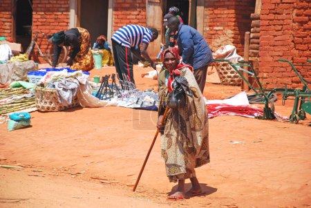 """Photo pour """"08.28.2014""""- """"Village Pomerini""""-Tanzanie-Afrique- Une femme africaine âgée alors qu'elle rentrait chez elle après avoir visité le marché le long des rues du village de Pomerini - image libre de droit"""
