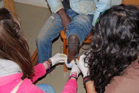 """Photo pour """"20.08.2014""""-""""village Pomerini «- Tanzanie - Afrique-» intervention médicale des infirmières et infirmiers bénévoles à un garçon mutilé dans la jambe, à l'infirmerie de la Mission franciscaine dans le Village de Pomerini"""" - image libre de droit"""