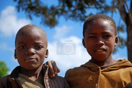 Photo pour Août 8, 2014-montagne Kilolo-Tanzanie-Afrique-Portrait d'Afrique vivent des enfants de la région montagneuse de Kilolo, loin de toutes les villes, sans eau, sans lumière, avec peu de nourriture, d'attente pour une aide humanitaire que seulement les Franciscains Franti peut apporter - image libre de droit