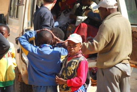 Photo pour Charge du véhicule août 28, 2014-Iringa-Tanzanie-Afrique-A des personnes non identifiées qui sont transportés par les bénévoles de l'ONG « Sourire de l'Afrique » à l'hôpital de la ville d'Iringa, le suivi mensuel du VIH - image libre de droit
