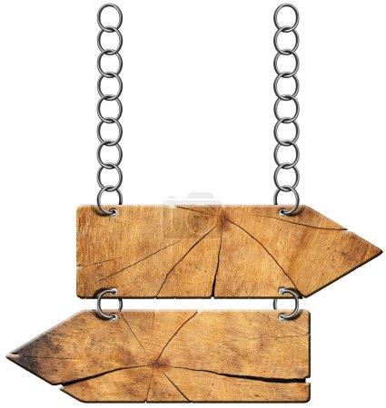 Photo pour Panneau directionnel en bois avec deux flèches vides dans la direction opposée suspendues avec chaîne métallique isolée sur fond blanc - image libre de droit
