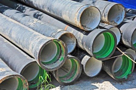 Photo pour Tuyau d'égout en céramique et PVC sur chantier - image libre de droit