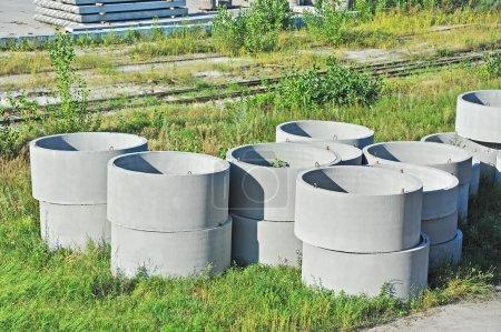 Photo pour Bloc de fosse circulaire en béton sur la cour de l'usine - image libre de droit