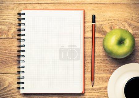 bloc de notas en blanco con taza de café