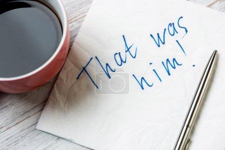 Mensaje romántico escrito en servilleta