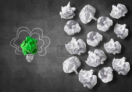 Photo pour Concept d'inspiration avec ampoule en papier froissé comme bonne idée - image libre de droit