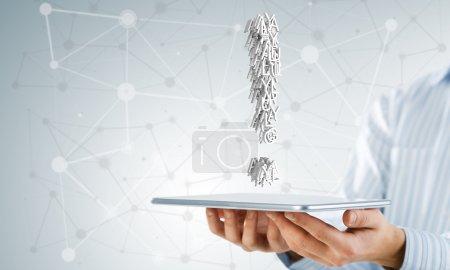 Photo pour Main de l'homme d'affaires montrant tablet pc avec point d'exclamation sur l'écran - image libre de droit