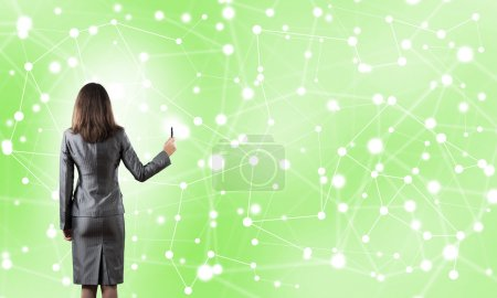 Photo pour Femme d'affaires debout avec dos à la caméra et dessin avec des lignes de connexion de marqueur - image libre de droit