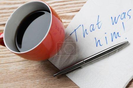 Photo pour Tasse de café et serviette avec message sur table en bois. Message romantique écrit sur une serviette. C'était lui. - image libre de droit