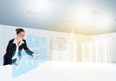 Photo pour Jeune femme d'affaires, en regardant un modèle numérique du projet de construction - image libre de droit