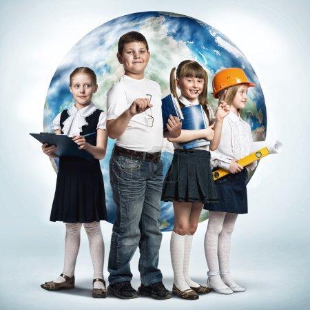 Photo pour Futur métier. Enfants d'âge scolaire essayer différentes professions. Éléments de cette image sont fournies par la Nasa - image libre de droit