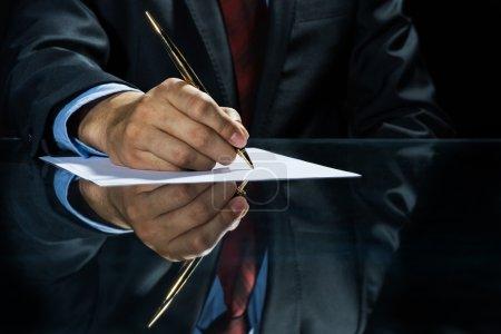 Photo pour Signer un accord ! Gros plan d'homme d'affaires assis à table et signature de document - image libre de droit