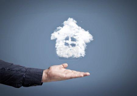 mâle main tenant maison nuage