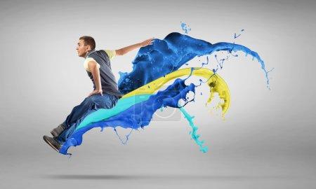 Danse de style moderne sautant