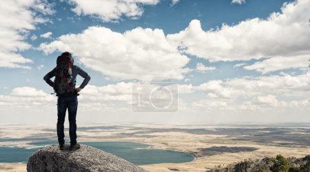 Photo pour Jeune homme randonneur pédestre dans un beau paysage de montagne nature - image libre de droit