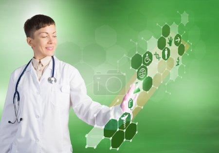 Photo pour Gros plan du médecin féminin touchant icône de l'écran des médias - image libre de droit