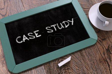 """Photo pour Case Study Handwritten by White Chalk on a Blackboard """". Composition avec petit tableau bleu et tasse de café. Vue du dessus. Expéditeur 3D - image libre de droit"""