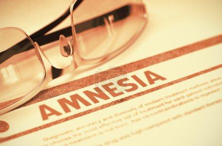 Photo pour Amnesia - Medical Concept avec texte brouillé et paire de lunettes sur fond rouge. Mise au point sélective. Rendu 3d. - image libre de droit