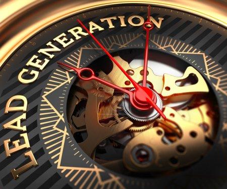 Photo pour Génération de plomb sur Black-Golden Watch visage avec mécanisme de montre. Cadre complet Gros plan - image libre de droit